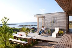 The cabin at Hvaler is Stein Halvorsen's own retreat by the sea. The family wakes up to a magnificent view over the water. Summer Cabins, Summer Houses, Coastal Gardens, Build Your Own House, House Deck, Small House Design, Mid Century House, Beautiful Homes, Boathouse
