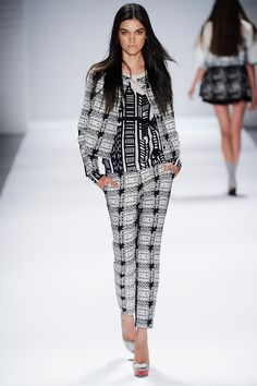 See all the Collection photos from Vivienne Tam Spring/Summer 2014 Ready-To-Wear now on British Vogue Ny Fashion Week, Spring Fashion, Fashion Show, Runway Fashion, Black And White Pants, Black White, 2014 Fashion Trends, Fashion Ideas, Catwalk Collection