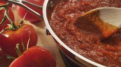 Pasta met tomatensaus: nederiger voedsel bestaat er bijna niet, en toch is het gerecht moeilijk te overtreffen in genialiteit. Met goede basisproducten kan het bijna niet misgaan. En al helemaal niet nadat je deze tactiek toepast.