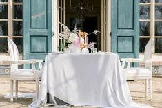 Hochzeitsinspiration - Micro Wedding mit französischem Flair. Tolle Ideen für Deine Gartenhochzeit in zarten Pastell und Blush Tönen für eine unvergessliche Sommerhochzeit. Finde Dein Brautkleid, eine unglaubliche Tischdeko, einen außergewöhnlichen Brautstrauß, wunderschöne Accessoires für die Braut, die perfekt mit der Brautfrisur abgestimmt sind und natürlich ganz viele Ideen für Deine Hochzeitsplanung. Foto: Franci Leoncio Fotografie #Gartenhochzeit #WhiteWeddingMag Southern, Wedding Inspiration, Wedding Vows, Floral Headdress, Newlyweds, Pastel, Bridle Dress, Amazing, Ideas