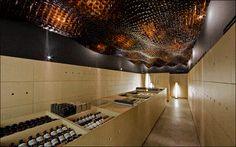 AESOP (Adelaide - Austrália). Nessa loja, o teto é coberto com as embalagens de vidros dos produtos