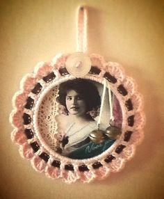 Gehaakte hanger, vintage, kant, knoop, belletjes, pink Made by Monique van Groningen