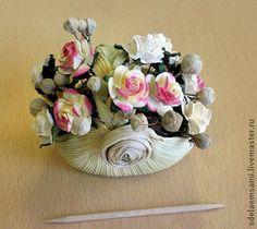 Корзинка для кукол из кукурузного листа. Цветы - из бумаги, в пространстве между цветами - подкрашенные семена липы, собранные в июле.