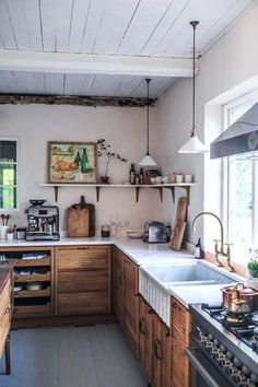 La cuisine contemporaine avec îlot parfaite pour une maison de campagne - PLANETE DECO a homes world Kitchen Post, Kitchen Reno, New Kitchen, Contemporary Kitchen Island, Swedish Kitchen, Sweden House, Lakeside Cabin, Devol Kitchens, English Interior