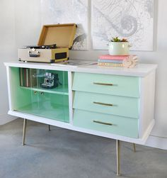 Vintage sideboard with Mid Century style was updated with paint, new hardware and gold accents. Learn how to do it yourself with the tips in this post. @visualheart