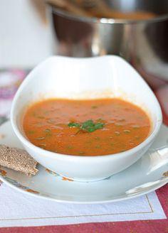 Oggi una vellutata calda e confortevole, ma anche estremamente delicata. Io adoro le creme, le zuppe, le vellutate, e questa è una delle mie preferite: speziata e dolce al tempo stesso,...