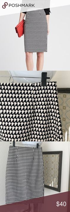 Banana Republic Pencil Skirt Banana Republic pencil skirt - black/cream colors. Size 6. Zips in back. Great condition! Banana Republic Skirts Pencil