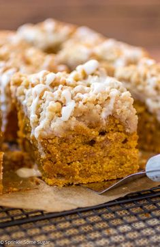 This coffee cake is the perfect Fall breakfast treat! This pumpkin coffee cake is the perfect Fall breakfast treat! Fall Desserts, Just Desserts, Delicious Desserts, Dessert Recipes, Yummy Food, Thanksgiving Desserts, Recipes Dinner, Drink Recipes, Pumpkin Coffee Cakes