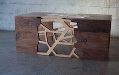 Deze tafel van walnoot en bamboe multiplex is een one-of-a-kind en geïnspireerd op de houtnerf patronen van bomen.
