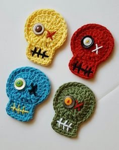These zombie magnets will be a hit at your next Walking Dead get-together. These heads are crocheted from cotton yarns in gangrene green, bloody red, sickly yellow and bruise blue. Halloween Applique, Halloween Crochet, Holiday Crochet, Halloween Skull, Crochet Gifts, Crochet Toys, Free Crochet, Crochet Skull Patterns, Doll Patterns