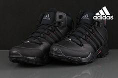 Adidas CW AX2 BETA MID B22838 to ponadczasowy model buta o ciekawym wykończeniu z wytrzymałą wysoką cholewką ze skóry ekologicznej. Bardzo dobrze oddychające wnętrze wykonane z zastosowaniem technologii Primaloft zapewni komfort i ciepło w trudnych warunkach.