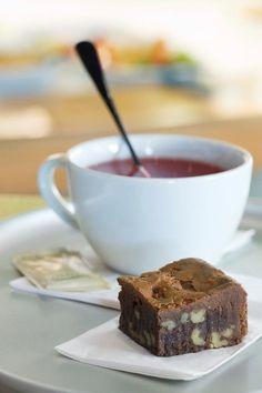Assam mit Rosenblümen and brownie from Tibits