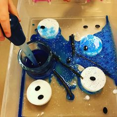 Melting snowman using baking soda frozen with water and coloured vinegar. Stem Activities, Activities For Kids, Messy Play, Sensory Play, Winter Theme, Vinegar, Baking Soda, Snowman, Frozen