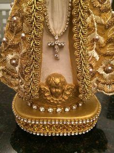 imagem sacra pintada a mão, revestida com renda, pérolas e strass.