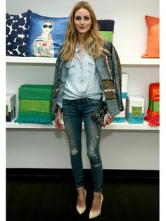 Olivia Palermo weiß, wie man Basics stylt: Das blaue Hemd ist eines der universalsten Kleidungsstücke, das sich jedem Anlass entsprechend kombinieren lässt. Hier zur Skinny Jeans mit einem hochwertigen Statement-Blazer!window.vn