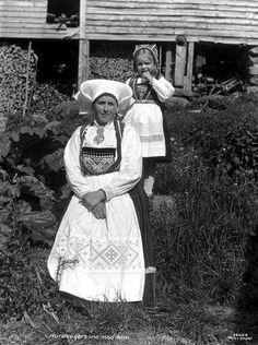 Galleri NOR; Hardangerbryllup Hardangerpiker kone og pike Granvin Holven 1933 Vossebunad Folklore, Norway, Scandinavian, Graduation, Childhood, Culture, Costumes, Antiques, Photography