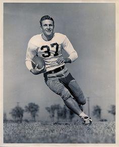 Ladies, I give you Detroit Lions legend Doak Walker in 1948 Black And White Football, Black And White Prints, Vintage Gentleman, Vintage Ladies, Old Photos, Vintage Photos, Southern Methodist University, Football Pictures, Detroit Lions