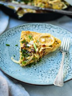 Vegaaninen espanjalainen perunamunakas valmistuu kikhernejauhoista ja maistuu aivan täydellisen yhtä hyvältä kuin kananmunallinen versionsa.