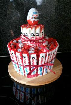 Kinderriegel Schoko Süßigkeiten Torte - in der Mitte steckt noch eine runde Dose Gummibärchen