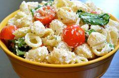 Την συγκεκριμένη συνταγή έχουν κάνει ήδη save πάνω από 600000 άτομα και αξίζει να την δοκιμάσετε. Healthy Pasta Salad, Easy Pasta Salad Recipe, Easy Salad Recipes, Salad Dressing Recipes, Lunch Recipes, Garlic Pasta, Salad Bar, Roasted Garlic, Greek Recipes