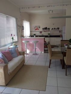 Decoração // Sala // Simples // Pequena // Conjugada com Cozinha // Cores: Bege, Rosa e Azul
