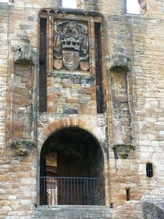 Linlithgow Palace drawbridge entrance, West Lothian, Scotland - photo by Serious Reader (2010)