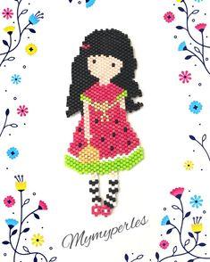 La voici terminée. Elle mesure 9cm. Schéma de Jocelyne Cubières. Merci ! #faitmain #miyukibeads #jenfiledesperlesetjassume #gorjuss #perlesandco #lacotestandré Bead Loom Designs, Hama Beads Design, Beaded Jewelry Patterns, Beading Patterns, Miyuki Beads, Stitch Crochet, Motifs Perler, Beaded Banners, Peyote Stitch Patterns