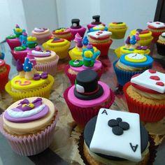 """76 curtidas, 5 comentários - Cake Magia (@cakemagia) no Instagram: """"Deixe sua comemoração mais linda com cupcakes personalizados.. Tema de hoje """"Alice no País das…"""""""