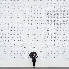 Quirky Couple Travels Around the World to Playfully Interact with Architecture Architecture ludique Photographie Bâtiments autour du monde Anna Devis Daniel Rueda Artistic Fashion Photography, Minimal Photography, Fashion Photography Inspiration, Creative Photography, Art Photography, Op Art, Black Mode, Photo D'architecture, Architecture Images