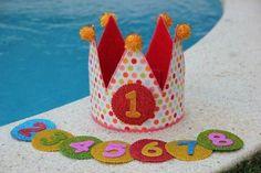 Con una corona como esta cualquier niño que sentirá el rey del cumpleaños. ¡Vemos el tutorial! Felt Crafts, Fabric Crafts, Diy Crafts, Diy Bow, Diy Ribbon, 1st Boy Birthday, Boy Birthday Parties, Cumpleaños Diy, Felt Crown