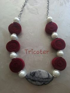 Collana in feltro bordeaux, perle e pietra grigia