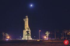 2013-08-15 Estatua Colón  No es una buena foto la de hoy, Colón sale de espaldas, es de noche y no llevaba trípode. Tengo que volver con más tiempo a hacerla en condiciones.