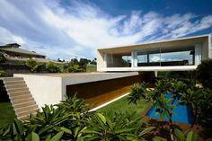 Osler House par Marcio Kogan - Brasilia, Brésil. Verdure, béton et grands vitrages pour cette maison contemporaine brésilienne