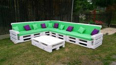 Let's talk about the pallet wood repurposed couch that what exactly it has got for us, well, this is obviously a pretty huge wood pallet couch that has got a very large accommodation space on it like it can serve a large number of people at the same time.