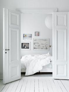 my scandinavian home: Duvet day, the perfect bedroom All White Bedroom, White Rooms, White Walls, White Bedding, Home Bedroom, Bedroom Decor, Bedroom Ideas, Wooden Bedroom, Design Bedroom