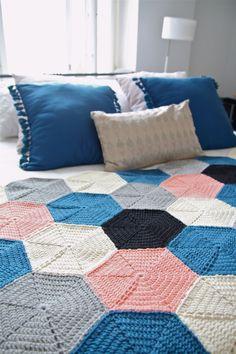 Virkattu Ystävä-peitto kuusikulmioista – Ystäväni neula ja lanka Crochet Afgans, Knit Or Crochet, Crochet Granny, Love Knitting Patterns, Crochet Blanket Patterns, Knitted Blankets, Diy Projects To Try, Quilts, Afghans