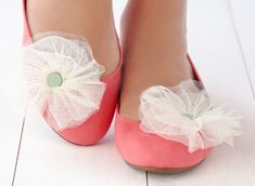 Party up a pair of shoes with these easy pom pom shoe clips
