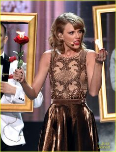 Taylor Swift Performs 'Blank Space' for First Time at AMAs 2014! (Video) | taylor swift american music awards 2014 02 - Photo