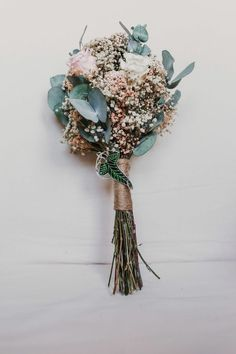 En tonos rosa, blanco y verde. Con paniculata, rosas y eucalipto preservados. Corona Floral, Dry Flowers, Bouquet, Clock, Herbs, Shades Of Green, White People, Bouquet Wedding, Floral Decorations