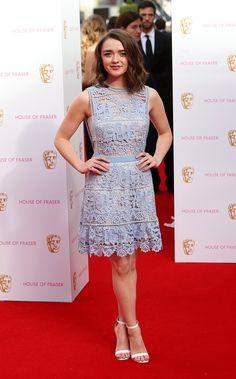 Pin for Later: Best Dressed: Die schönsten Looks der ganzen Woche Maisie Williams in Self Portrait Game of Thrones Darstellerin Maisie Williams trug ein süßes Spitzen-Kleid von Self Portrait bei den British Academy Television Awards in London.