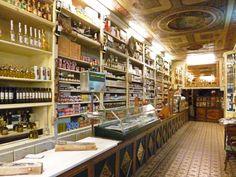 Ultramarinos La Confianza, Huesca: La tienda abierta más antigua de España, concretamente desde 1871.