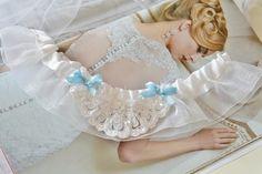 Podwiązka z aplikacją i kokardkami.  Ręcznie wykonana podwiązka składająca się białej falbanki oraz aplikacji z błyszczącymi cekinami.   Dostępna w butiku Madame Allure! Girls Dresses, Flower Girl Dresses, Wedding Garters, Wedding Dresses, Flowers, Fashion, Dresses Of Girls, Bride Dresses, Moda