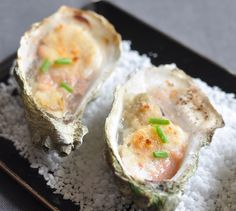 Recette Gratin d'huîtres et Saint-Jacques au magret fumé - Envie de bien manger. Plus d'idées recettes spécial Noël ici : http://www.enviedebienmanger.fr