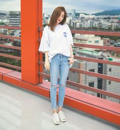 Quần jeans, áo phông và sneaker là combo thời trang đơn giản nhất mỗi khi xuống phố.