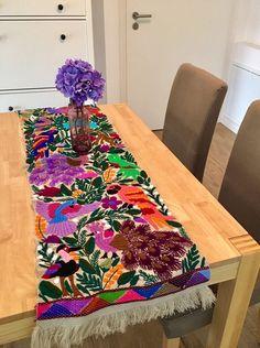Ein persönlicher Favorit aus meinem Etsy-Shop https://www.etsy.com/de/listing/526622060/mexican-hand-embroidered-table-runner