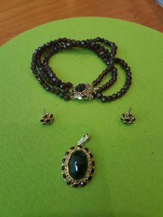Nu in de #Catawiki veilingen: Gouden armband, oorknoppen en hanger bezet met granaat stenen