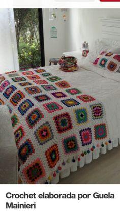 Crochet elaborada por Guela Mainieri That room looks so relaxing the white walls, The garden outside, and the beautiful colorful crochet . Crochet Square Blanket, Granny Square Crochet Pattern, Crochet Squares, Crochet Granny, Crochet Blanket Patterns, Knit Crochet, Crochet Bedspread, Crochet Cushions, Crochet Home Decor