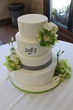 Add a touch of your wedding color (like gray here) to personalize your cake. #weddings