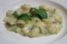 Sorelle in pentola: Gnocchetti di ricotta con crema di patate, fagiolini e basilico.
