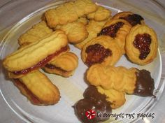 Great recipe for Butter biscuits in 15 minutes. A recipe by Stelios Parliaros. Recipe by natasoulini Greek Sweets, Greek Desserts, Greek Recipes, Greek Cookies, Greek Pastries, Cookie Recipes, Dessert Recipes, 4 Ingredient Recipes, Butter Cookies Recipe
